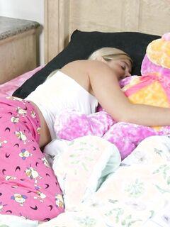 Подруга спит, а она ласкает ее тело