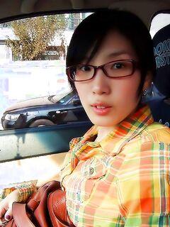 Молодая азиатка дает сфотографировать свою попку