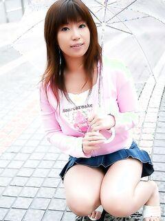 Японская женщина демонстрирует свои большие сиськи