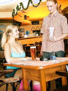 Пышная студентка из бара делает глубокий минет в позе 69