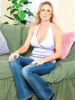 Красивая бабушка сняла джинсы и показала вагину на диване