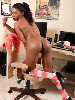 Черная секретарша подарила стриптиз