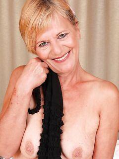Сексуальная голая бабушка готова в пустить в свою киску