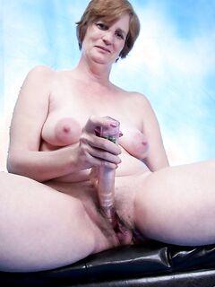Зрелая женщина балуется трахом собственной вагины