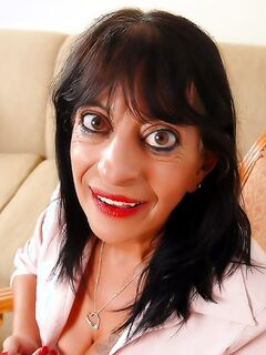 Глазастая бабуля растянула свою киску во время раздеваний