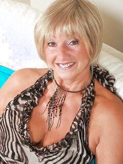 Пикантная бабушка в чулках трахалась двумя вибраторами