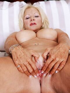 Горячая баба с выбритой пиздой желает секса