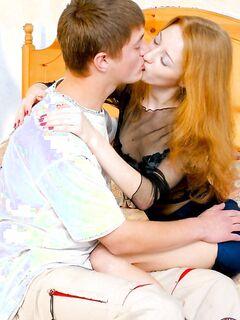Парень классно трахает киску рыжей подружки