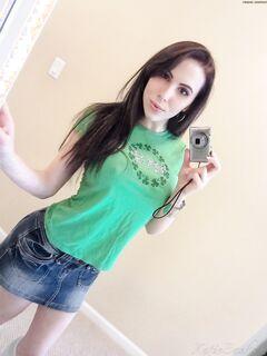 Молоденькая девушка фоткает перед зеркалом большие буфера