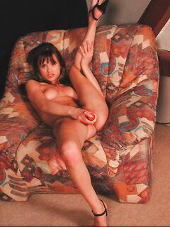 Горячая гимнастка мастурбирует киску с упражнениями