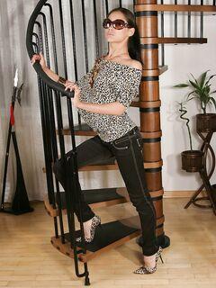 Вульгарная гимнастка вертит своей попкой