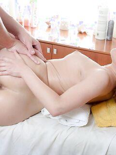 Рыжая девушка трахается в волосатую письку на массаже