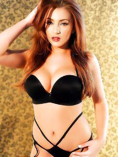 Красивая голая рыжая девушка в роскошном белье