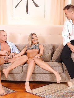 Два мужика отодрали гламурную блондинку с двойным проникновением