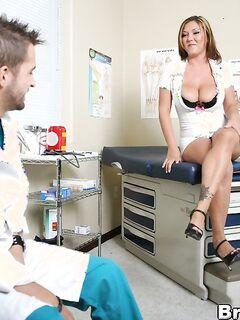 Медсестра скачет на длинном пенис медбрата