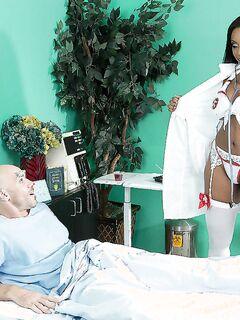 Лысый пациент кончил на лицо негритянской медсестры в палате