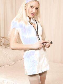Блондинка шалит в сочной униформе медсестры