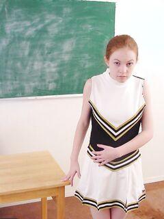 Рыжая студентка из группы поддержки трахала себя дилдо