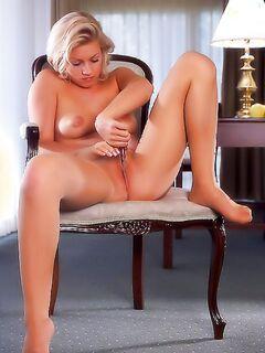 Блондинка в колготках устроила горячее шоу
