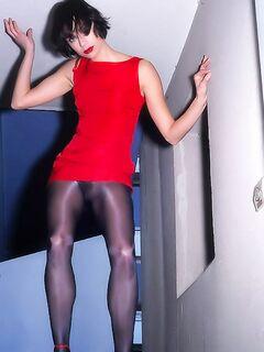 Красивая девушка в колготках показывает пизду по всему дому