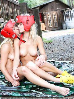 Две боксерши занялись любовью со страпоном в загородном доме