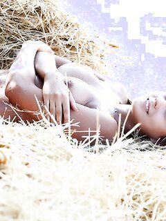 Фермерская девушка со светлыми косичками поиграла с молоком