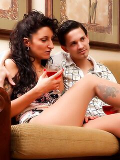 Шлюхи в эротичных колготках дрочили парню ножками