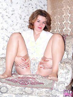 Красивая девушка в белых трусах