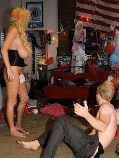 Богатый бизнесмен трахает на вечеринке толпу сисястых сучек