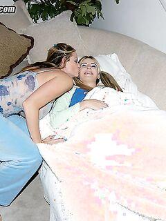 Изворотливый факер трахал свою подружку и ее мамочку в групповухе