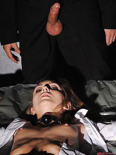 Мужик трахает анал молоденькой рабыни со спермой внутрь