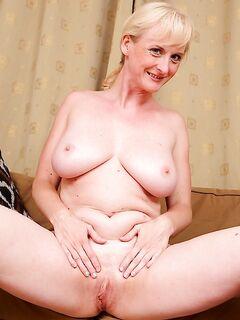 Скромная бабушка показала себя абсолютно голой