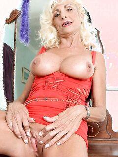 Порно фото худой старой блондинки в красном платье