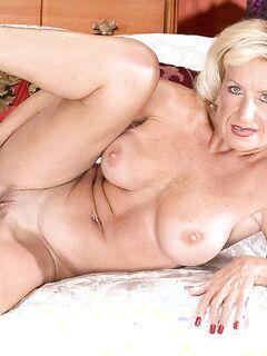 Порно фото очень возбужденной женщины в красном белье