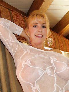 Развратная жена Sandra Otterson ласкает себя в белом трико