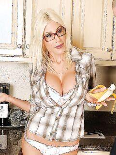 Сантехник выебал чужую сексуальную жену Puma Swede в пизду