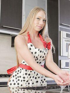 Светловолосая жена Shawna Lee показывает пизду и попку на кухне