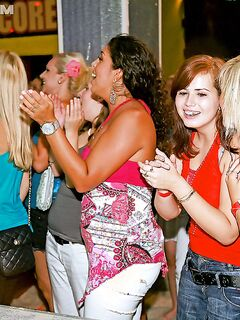 Замужние женщины развратничают с красавчиками на девичнике