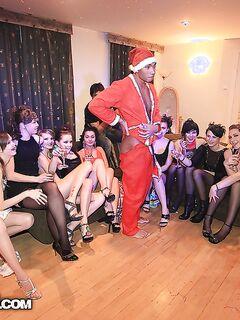 Свингерские шлюхи сосут один член на новогодней оргии