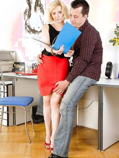 Босс трахает свою секретаршу бабушку на порно фото