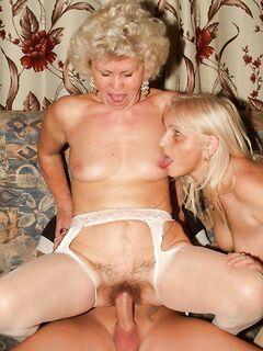 Две старухи блондинки покорили большой хуй