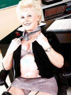 Порно фото ебли с училкой бабушкой и молодым студентом