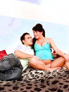 Беременная сучка нежно сосет член молодого ухажера на кровати