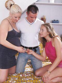 Беременная блондинка трахается с супружеской парой