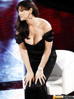 Знаменитая латинская актриса в сексуальных нарядах