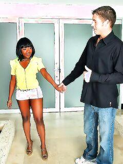 Белый мажор вдул в вагину чернокожей девушки на улице