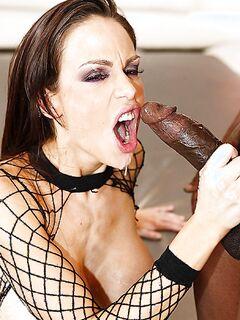 Негр занимается анальным сексом с белой проституткой
