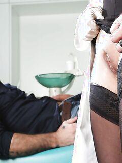 Медсестра в секси чулках взбодрила больного культовым минетом
