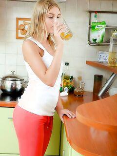 Папа утром ебет свою дочь блондинку на кухне