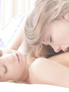 Две девушки занимаются утренним сексом на кровати